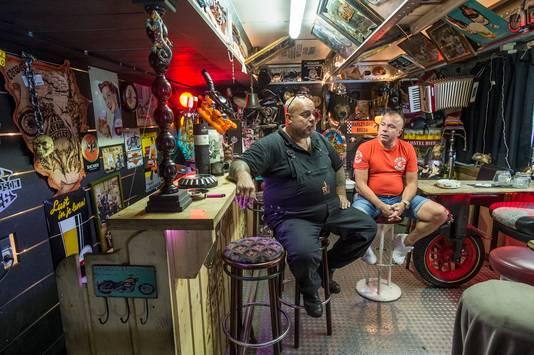 Bestuursleden Ron Rodie (links) en Ad Haverkamp van Kings Syndicate in de omstreden mancave/kantine in het garagebedrijf van Rodie.  Hij mag hier geen horeca-activiteiten meer houden.