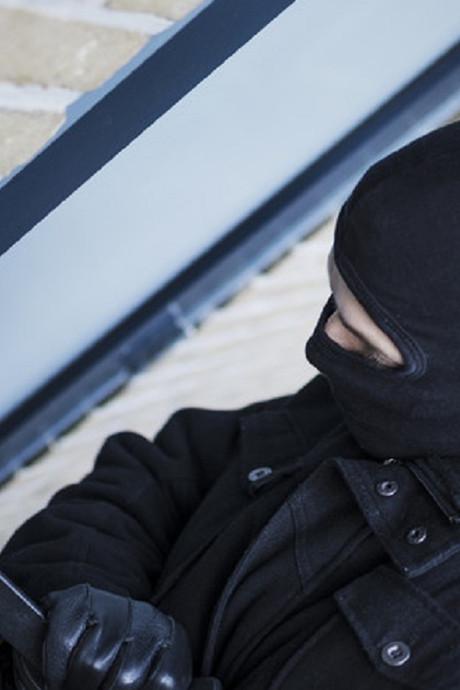 Inbreker vast in het prikkeldraad in Enschede