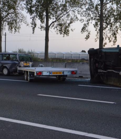 Auto valt van oplegger op A12 bij Zevenhuizen