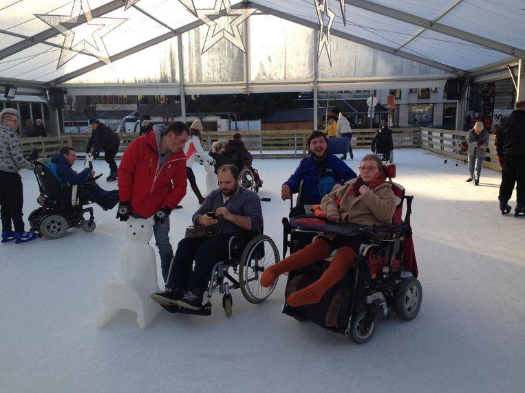 Met een rolstoel, speciaal ijsstoeltje of gewoon op schaatsen leven de bewoners zich uit op het ijs samen met hun begeleiders.