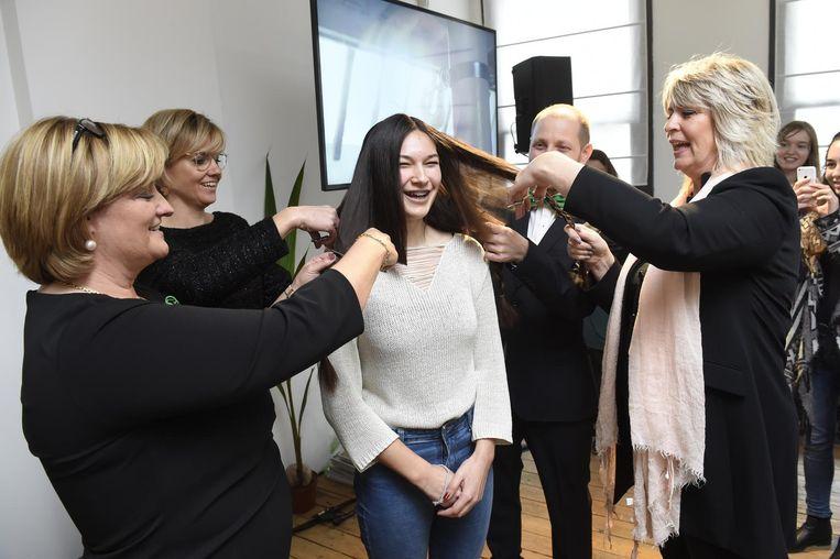 Jorien De Moor (17) laat haar haar knippen voor het goede doel.