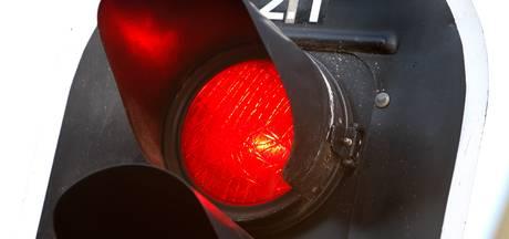 Politie laat auto's door rood rijden