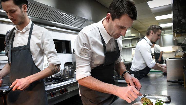 Chef-kok Erik de Mönnink van restaurant De Swarte Ruijter in Holten. Beeld Marcel van den Bergh