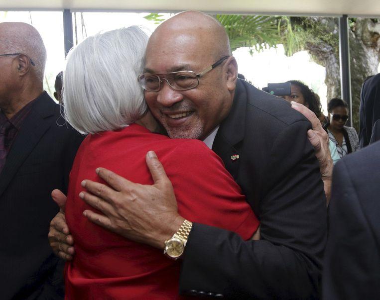Na zijn herverkiezing in het parlement in juli, wordt Bouterse gefeliciteerd door de ambassadeur van Venezuela. Beeld reuters