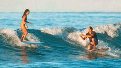 Op één knie op de plank: man uit Hawaïi vraagt vriendin al surfend ten huwelijk