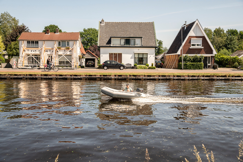 'Groningse taferelen' langs het Overijsselse kanaal Almelo de Haandrik.   Beeld Harry Cock