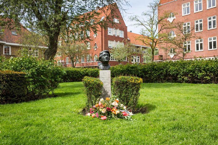 'Truus Wijmuller verdient in Amsterdam meer aandacht dan alleen dit borstbeeld op het Bachplein.' Beeld Tammy van Nerum