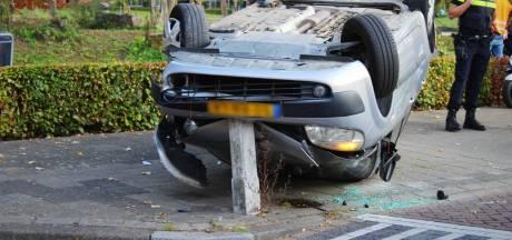 Auto gelanceerd in 30-km-zone Apeldoorn, bestuurder gewond