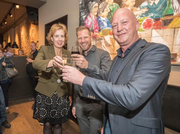 Margo Mulder, Alex Lakké en René Verhoef toosten op de opening van de nieuwe Goese horecagelegenheid Baas Beveland.