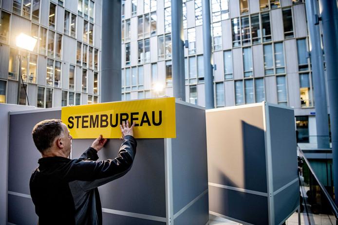 In het Erasmus MC in Rotterdam, dat woensdag als stembureau gaat fungeren tijdens de verkiezingen voor de Provinciale Staten en de waterschappen, wordt een stemhokje opgebouwd.