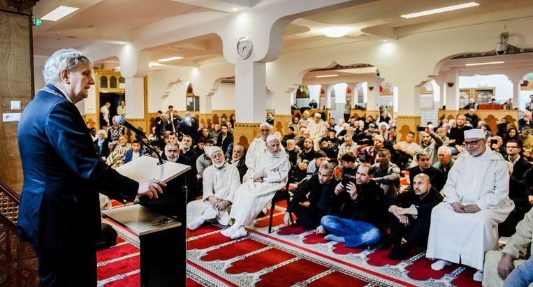 Burgemeester Van der Laan in de Al Kabir moskee. Beeld anp
