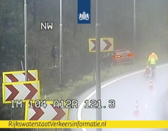 De auto in de berm bij knooppunt Grijsoord op camerabeeld van Rijkswaterstaat.