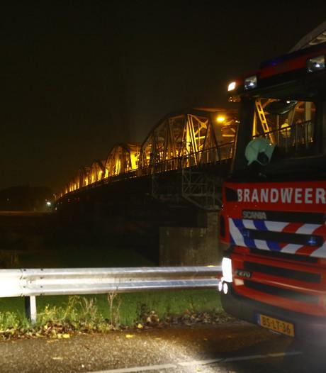 Grote zoekactie naar vermist persoon bij brug over de Maas