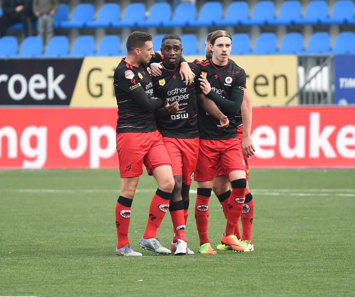 Excelsior-speler Ahmad Mendes Moreira (midden) wordt gesteund door medespelers.