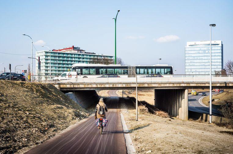 In de omgeving van de Turnhoutsepoort rijden fietsers onder de op‐ en afrit van de E313.