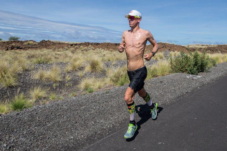 Afgetraind is haast een understatement. Messcherp staat Van Lierde, hier tijdens een van zijn laatste looptrainingen door het maanlandschap op Hawaï.