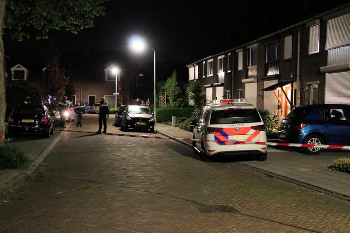 De straat werd afgezet na de vechtpartij in Oostburg.