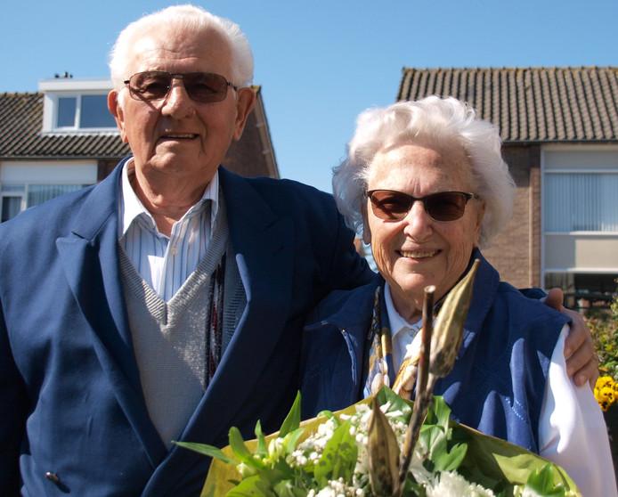 Het briljanten bruidspaar De Graaf-Fillekes uit Zevenhuizen. Het geheim van hun 65-jarig huwelijk? ,,Dat wij er altijd voor elkaar zijn.''