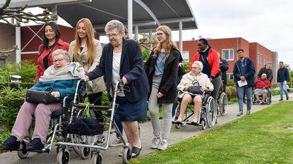 Jongeren op dementiewandeling met bewoners Aymonshof
