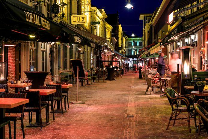 Zaterdagavond, prime-time in de Korte Putstraat, maar lege tafels door het coronavirus.