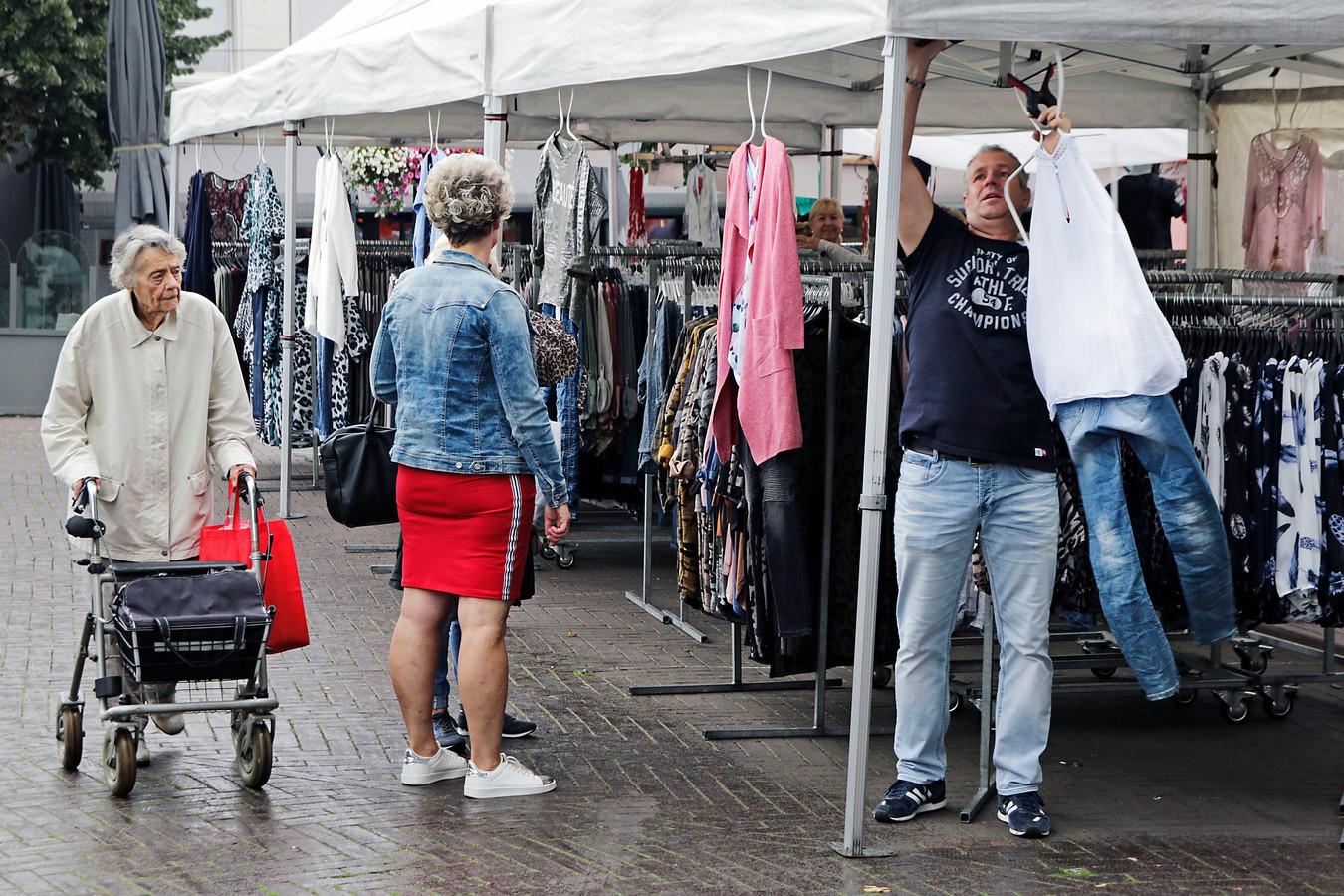 Een kledingverkoper op De Heuvel in Oss.