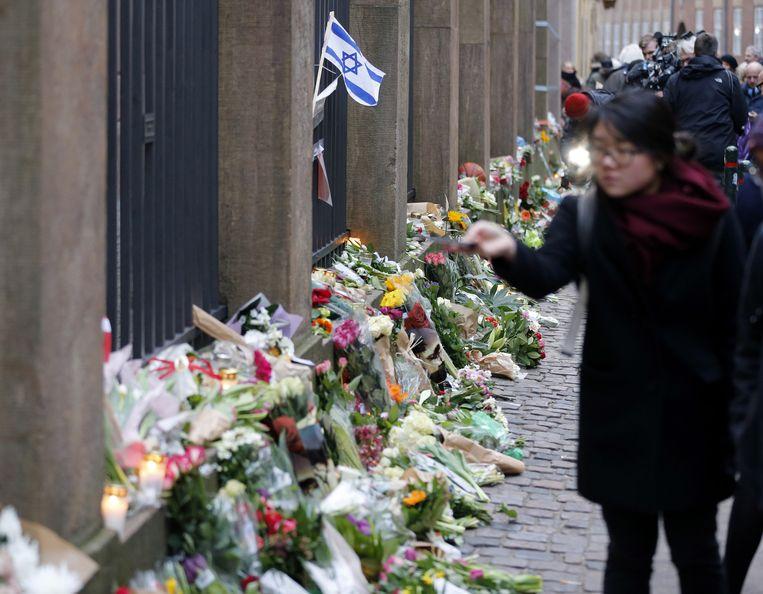 Bloemen voor de synagoge in Kopenhagen. Beeld ap