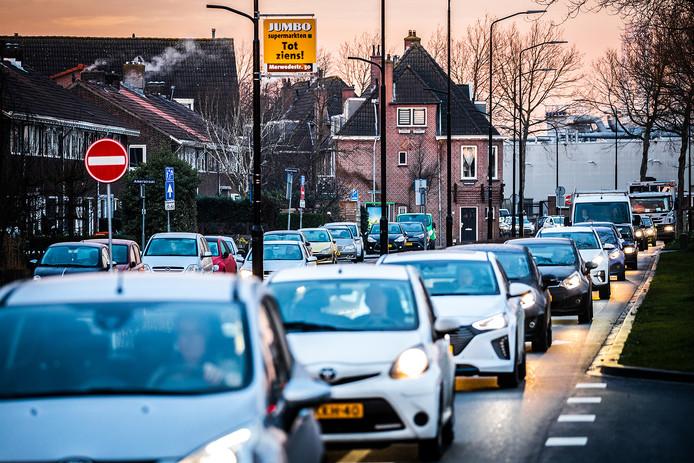 Drukte op de Merwedestraat, vanwege de afsluiting van de Wantijbrug.