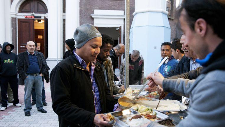 Moslims nuttigen, op de eerste dag van de Ramadan, de Iftarmaaltijd, de eerste maaltijd direct na zonsondergang, bij de Mescidi Aksa moskee in Den Haag. Tijdens de vastenmaand mogen moslims tussen zonsopgang en zonsondergang niet eten en drinken. Beeld ANP