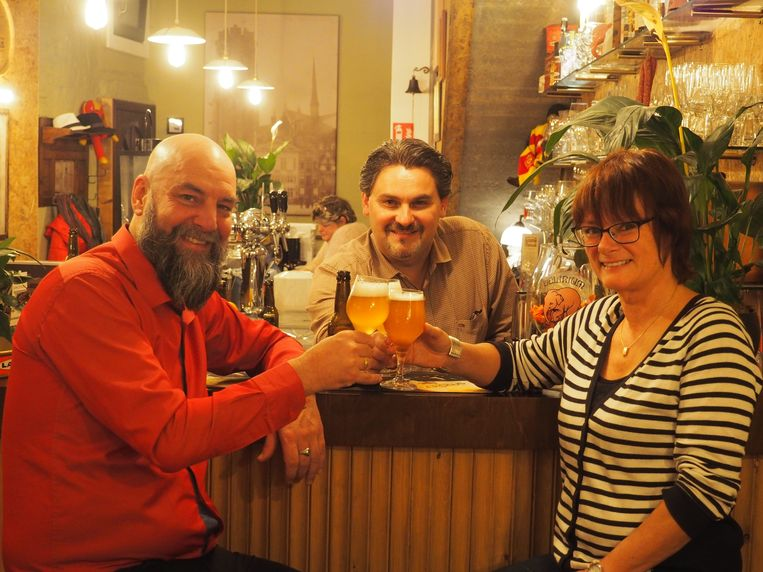 Marc De Laet en Sigrid Heymans klinken op brouwerij Misty Moon met Maanlicht-cafébaas  Kevin Polfliet (achter de toog)