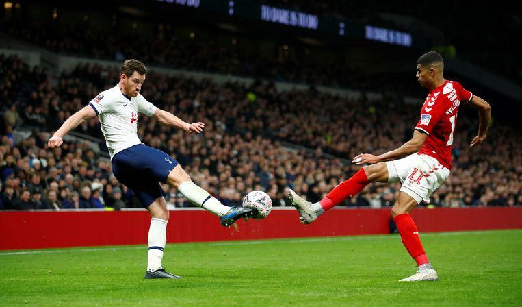 Jan Vertonghen schiet de bal weg.