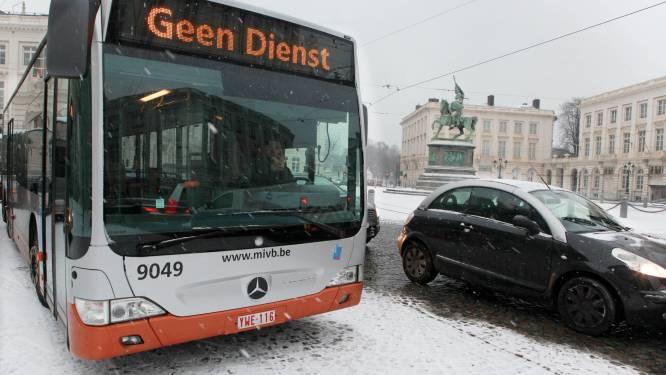 Onbekenden bekogelen in Laken twee MIVB-bussen en verwonden passagier