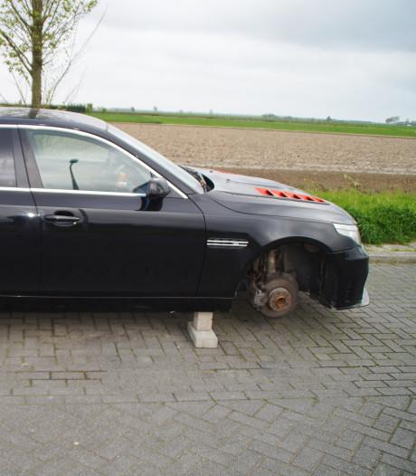 Dieven laten dure BMW zonder banden achter