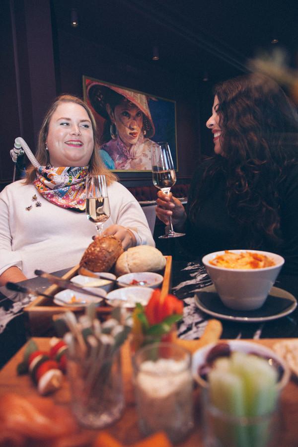 Judit en Luana in Café 't Wapen in Assen