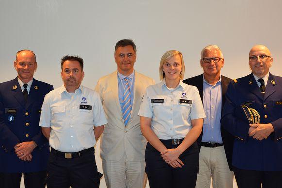 Op de foto staan naast de eedafleggers ook burgemeester Joachim Coens, schepen Piet De Groote, Korpschef Steve Desmet en commissaris Philippe Vandierendonck.