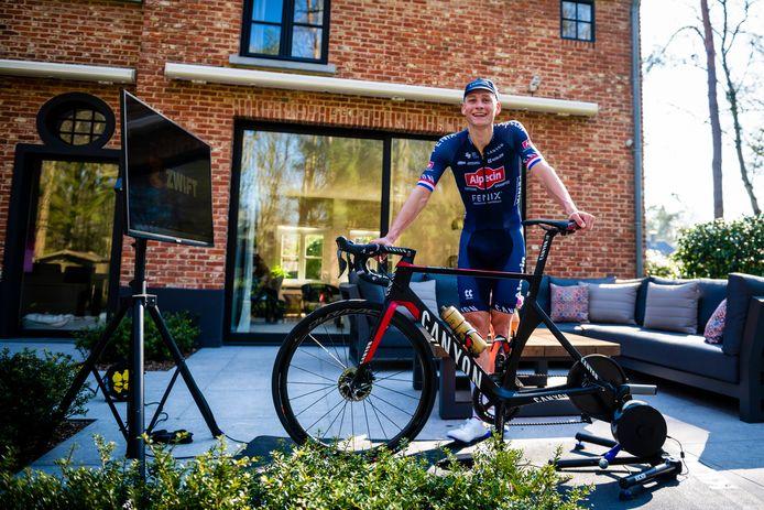 Mathieu van der Poel vandaag tijdens de Tour De Zwift in zijn achtertuin in 's Gravenwezel, België.