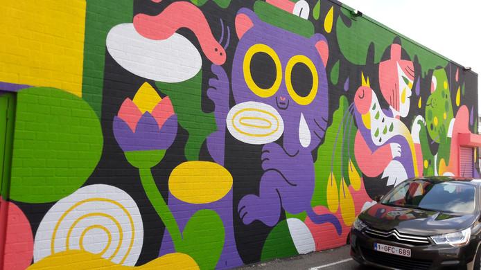 De muurschildering op de Mols parking in Breda, met de gewonde paradijsvogel in de armen van een meisje.