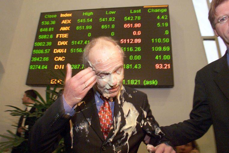 Gerrit Zalm veegt de taart uit zijn gezicht in 1999. Beeld Marcel Antonisse / De Volkskrant