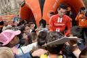 Tom Dumoulin deelt handtekeningen uit aan jonge fans in Frankrijk.