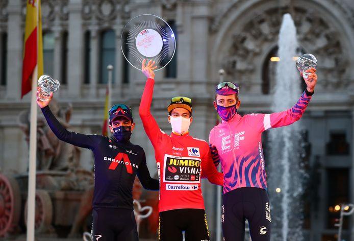 Het eindpodium van de Ronde van Spanje 2020, met v.l.n.r.: Carapaz (tweede), Roglic (winnaar) en Carthy (derde).