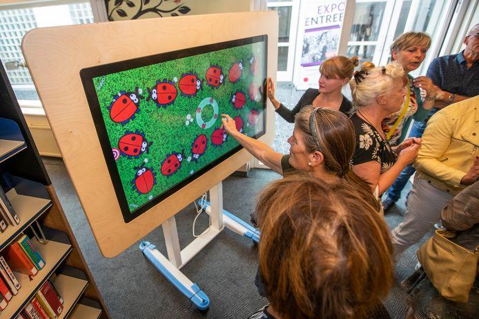 Spel op het interactieve bord bij de opening van de Dementheek in Veldhoven.