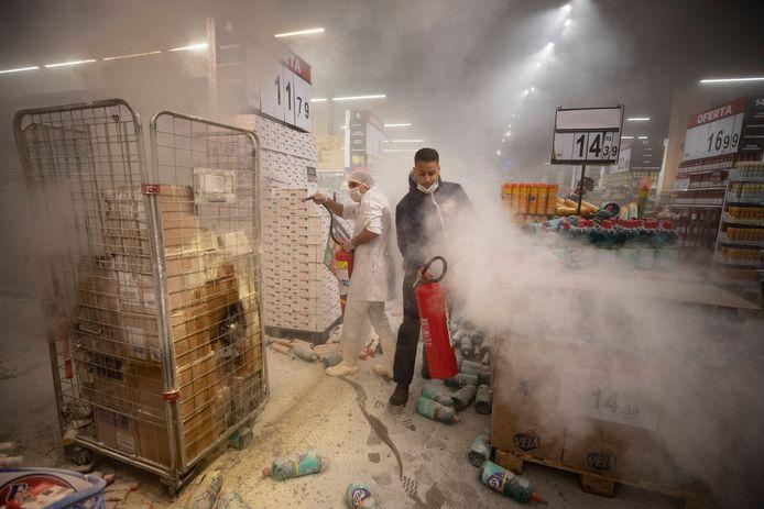 In São Paulo stichtten demonstranten brand in een winkel van Carrefour.