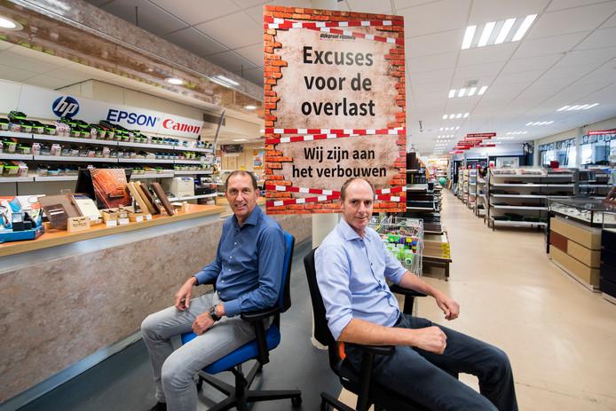 Henk en Niel Dijkgraaf in hun zaak aan de Prins Willem Alexanderlaan.