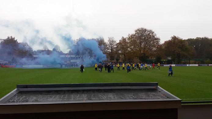 De derby tussen sv Epe en vv Heerde zorgt voor vuurwerk langs het veld.