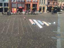 Drie uur lang stoepkrijten op het Kerkplein: 'Heel Woerden nog vóór Pasen met elkaar verbinden'