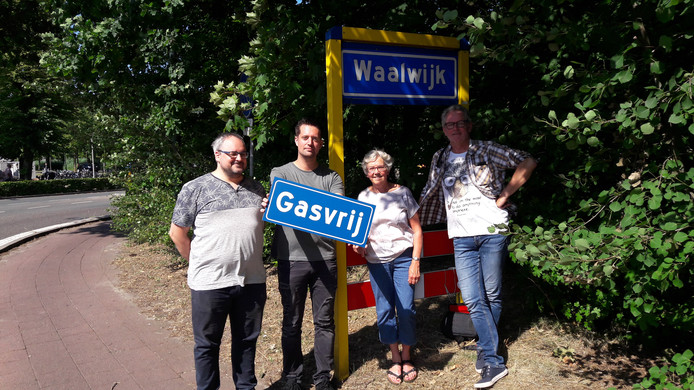 Waalwijk Gasvrij Milieudefensie actie Erwin Bell, Jordy van Lieshout, Marie-Therèse Delsman en Frank den Braven.