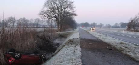 Auto eindigt in sloot in Holten, bestuurder gewond