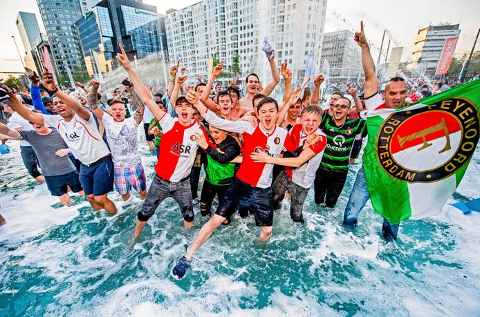 Feyenoord heeft de bekerfinale met 0-3 gewonnen van AZ. Het is inmiddels groot feest in Rotterdam en op een enkele arrestatie na zijn er geen wanklanken te horen. De Hofpleinfontein is uiteraard direct na het laatste fluitsignaal door de voetbalfans gevuld, het was er tenslotte warm genoeg voor vandaag. Foto Frank de Roo