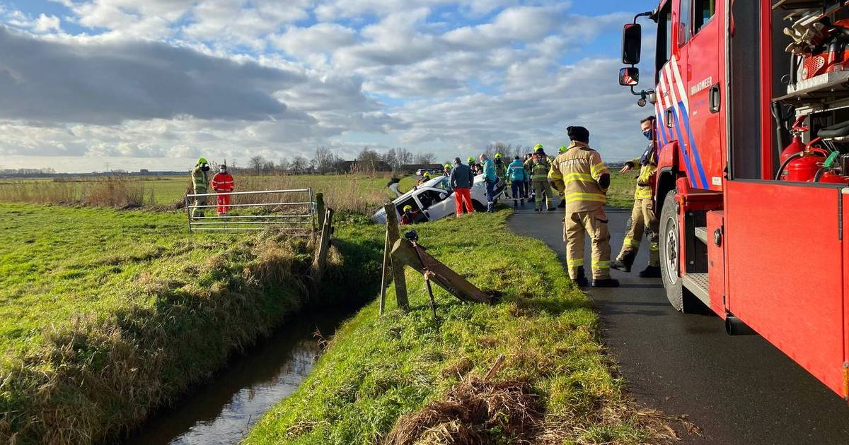 Auto in de sloot geraakt; veel hulpdiensten naar ongeval in Nijkerk.