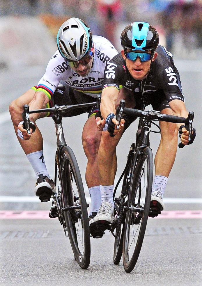 Kwiatkowski (r) en Sagan komen bijna ten val na de finish in Milaan-San Remo.