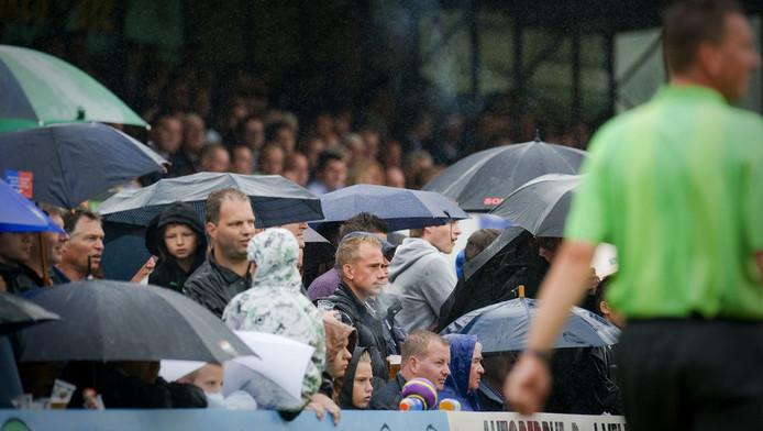 Toeschouwers op sportpark De Bongerd in Barendrecht, thuisbasis van BVV, afgelopen juli tijdens een oefenwedstrijd tegen Feyenoord. © ANP